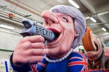 Ein Karnevalswagen zeigt am 27.02.2017 in Düsseldorf (Nordrhein-Westfalen) eine Figur der britischen Politikerin Theresa May. Uns kritt nix klein · Narrenfreiheit, die muss sein ist das Motto des diesjährigen Rosenmontagsumzugse. Foto: Marcel Kusch/dpa +++(c) dpa - Bildfunk+++