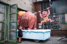 """Ein Karnevalswagen zeigt am 27.02.2017 in Düsseldorf (Nordrhein-Westfalen) eine Figur des SPD-Politikers Martin Schulz. """"Uns kritt nix klein · Narrenfreiheit, die muss sein"""" ist das Motto des diesjährigen Rosenmontagsumzugs. Foto: Marcel Kusch/dpa +++(c) dpa - Bildfunk+++"""